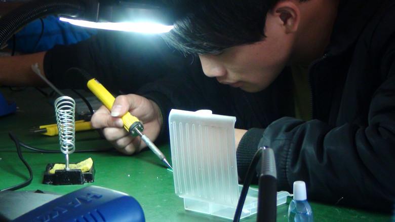 在坏掉的电路板上焊接合格之后才可以领贴片元件去