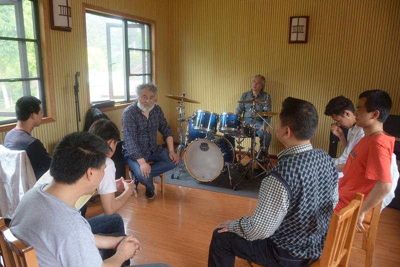 上海音乐学院现代器乐与打击乐系志愿者到贵州盛华职业学院指导盲人乐团